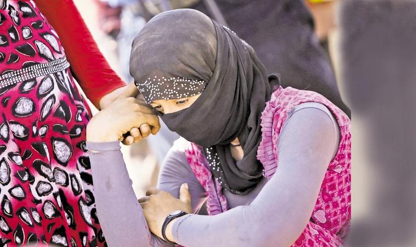 Jovem yazidi em um campo de refugiados depois de fugir de cerco do Estado Islâmico. (Foto: Getty Images)