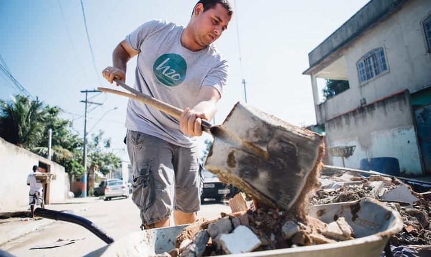 Voluntário participa de multirão de reforma em comunidade carente do Rio de Janeiro. (Foto: Reprodução/ H2O)