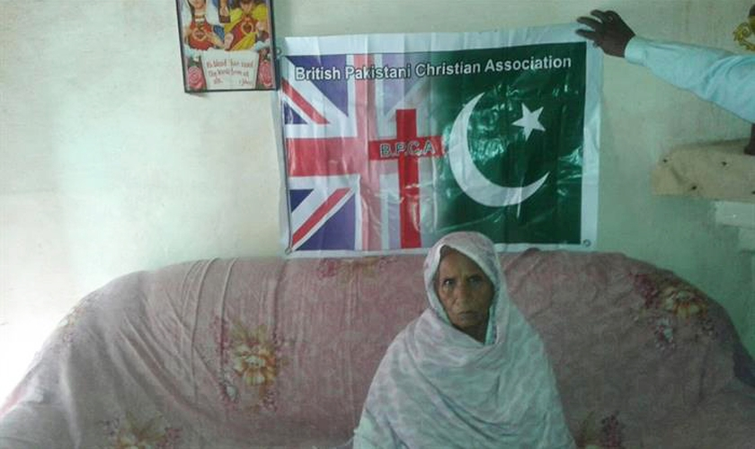 Gill e sua família foram obrigados a sair da cidade, deixando sua mãe Bashiran Bibi (na foto) para viver na casa. (Foto: BPCA)