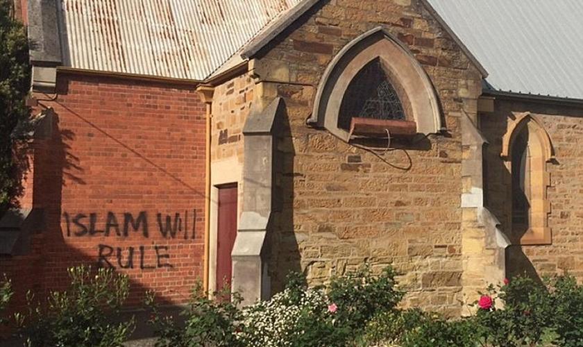 """A Igreja Anglicana All Saints em Bendigo, na Austrália, teve uma parede pichada com a frase  """"O Islã dominará"""".  (Foto: Daily Mail)"""