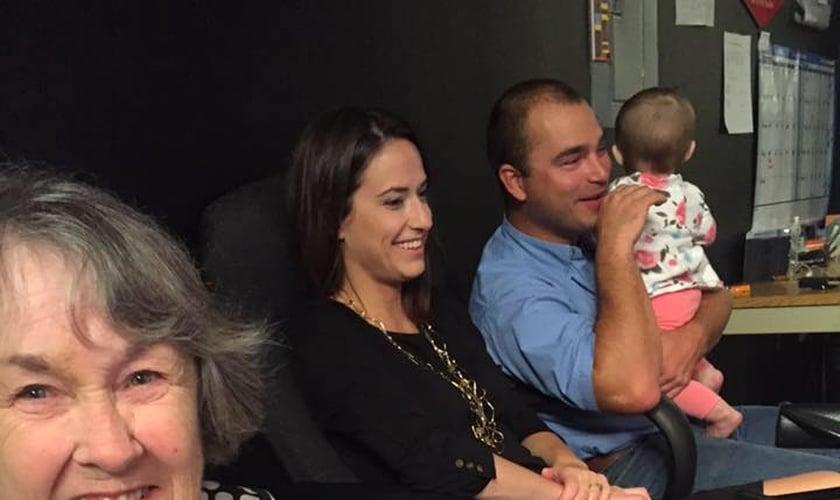 Clara Gantt junto com Travis Catchings e sua esposa. (Foto: Facebook/ Clara Gantt)