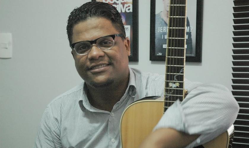 Oséas conta que o processo de migrar para a música solo tem sido algo natural. (Foto: Guiame/ Marcos Paulo Corrêa)
