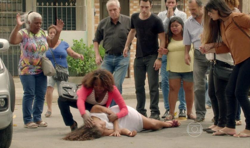 A cena de agressão dos evangélicos foi substituída por um atropelamento que deixou a garota, Lilica (Thainá Duarte), com um corte na testa. (Foto: Reprodução/ Globo)