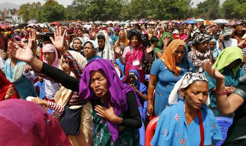 Cristãos nepaleses oram durante uma convenção nacional em Kathmandu. (Foto: Reuters/Shruti Shrestha)