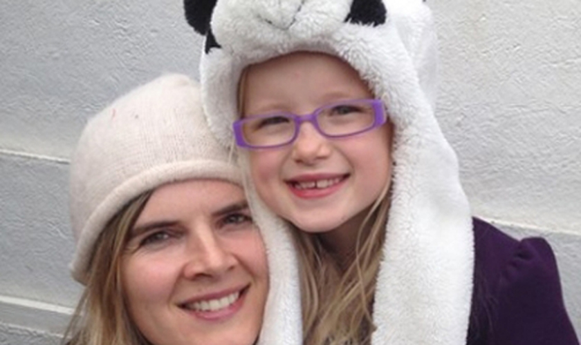 Nikki Kuhrt com sua filha de sete anos, Jenna Kuhrt. (Foto: Just Giving)