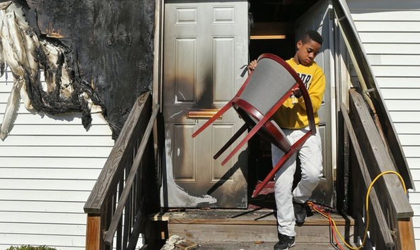 Em todos os casos, as portas frontais foram queimadas. (Foto: STL Today)