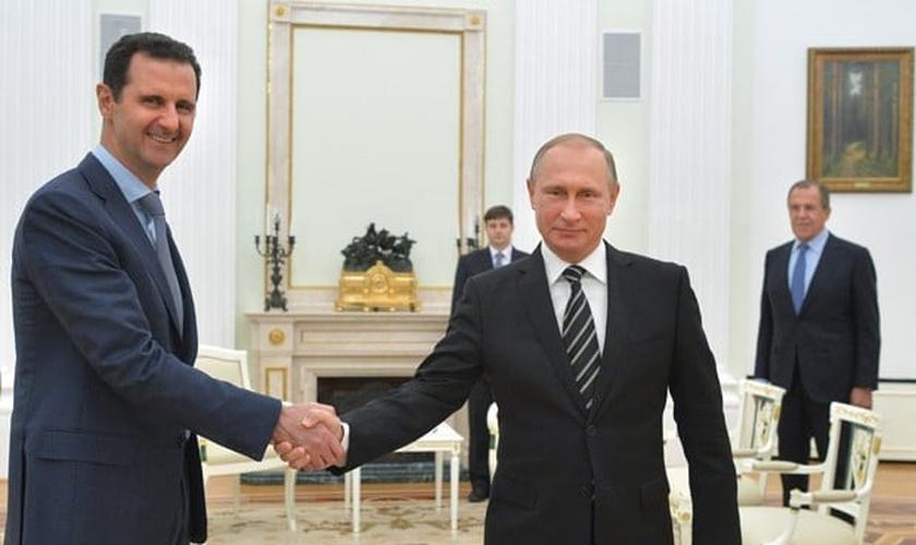 Presidente sírio, Bashar al-Assad, cumprimenta presidente russo, Vladimir Putin, durante encontro em Moscou. (Foto: Alexei Druzhinin, RIA-Novosti/ AP)