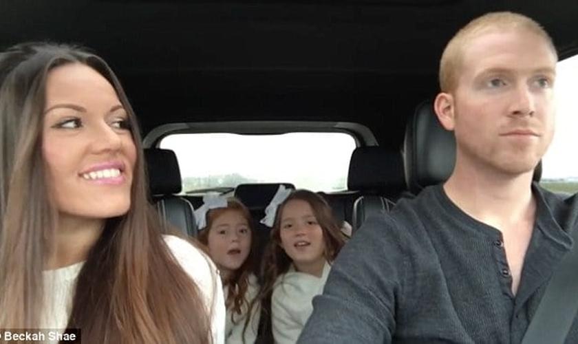"""Ao lado de seu marido e das duas filhas do casal, Beckah Shae aproveitou um passeio de carro para filmar uma paródia da música """"Lips are Movin"""". (Foto: Reprodução/ Youtube)"""