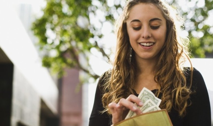 Cristãos com idades entre 18 e 37 são mais generosos quando o assunto é doar dinheiro para a igreja e obras sociais. (Foto: Reprodução)