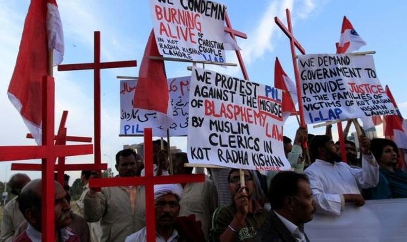 Membros da comunidade cristã paquistanesa seguram cartazes durante protesto contra a perseguição religiosa, após a morte de um casal cristão na província de Punjab, em 2014. (Foto: Reuters)