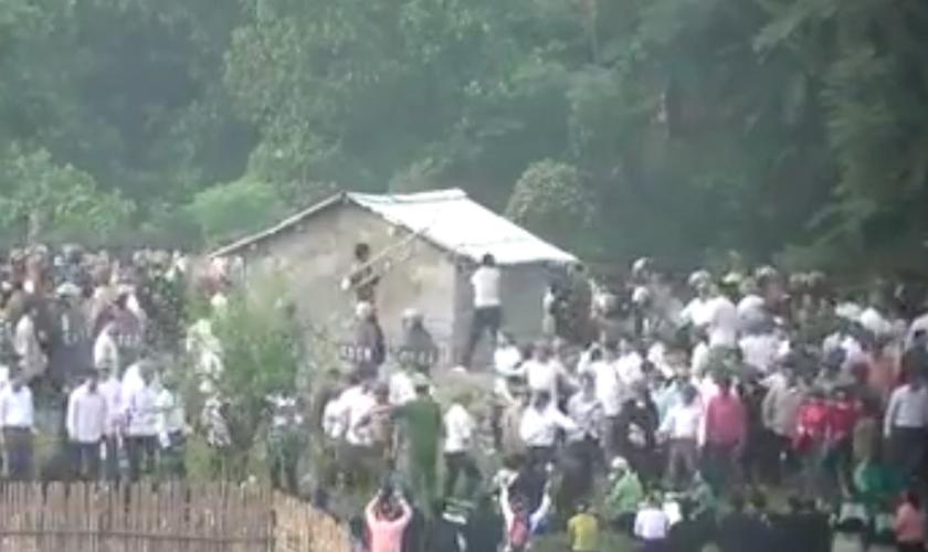 Os policiais avançam contra as pessoas e as retiram do local forçadamente, gerando uma grande confusão. (Foto: Facebook/ Bispo Augusto Dias)