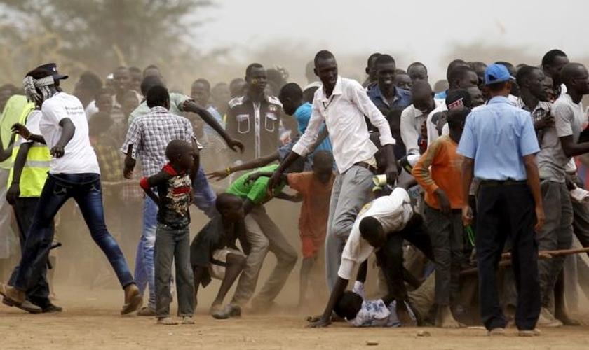 Refugiados do Sudão do Sul disputam a fila para participar das comemorações para marcar o Dia Mundial do Refugiado no campo de refugiados de Kakuma, no distrito de Turkana, a noroeste da capital do Quênia Nairobi, em 20 de junho de 2015.