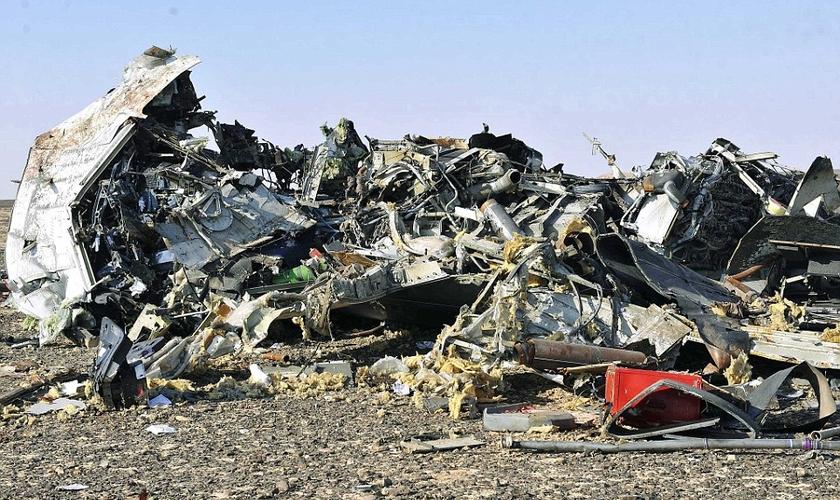 Destroços da aeronave A-321, operado pela companhia aérea russa Kogalymavia, que foi derrubado no dia 31 de Outubro. (Foto: EPA)