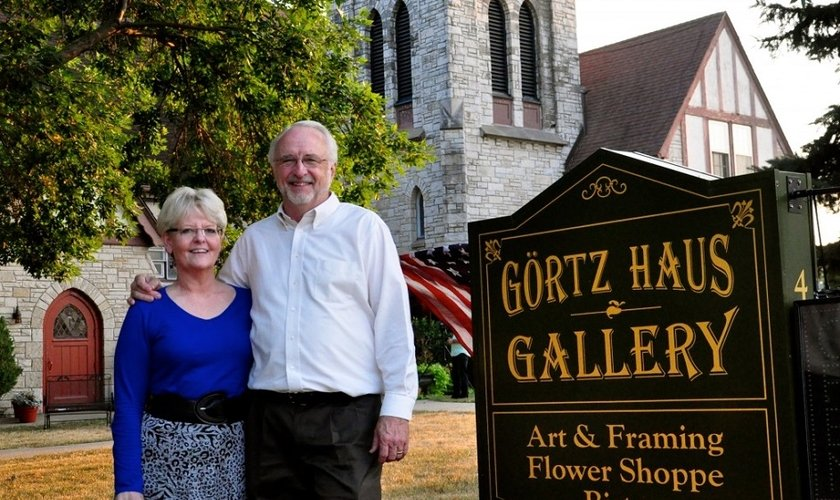 O casal Richard e Betty Odgaard em frente ao Görtz Haus Gallery — um bistrô com espaços para exposições de arte. (Foto: The Becket Fund)