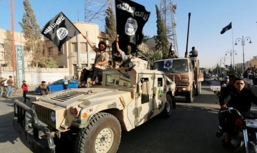 Terroristas do Estado Islâmico participam de 'desfile militar' na província de Raqqa, ao norte da Síria, em 30 de junho. (Foto: Reuters)