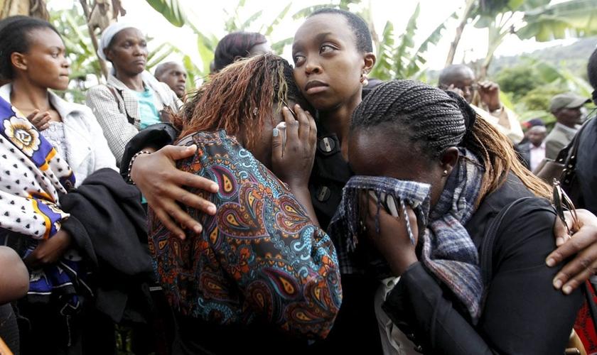 Estudantes universitários de Garissa (Quênia) lamentam a morte de amigos e parentes, após massacre, ocorrido em abril / 2015. (Foto: REUTERS/THOMAS MUKOYA)