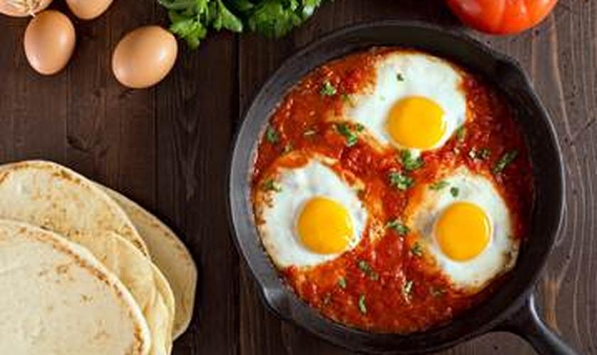 A Sapori preparou uma receita rápida e prática de ovos cozidos no molho de tomate.  (Foto: Divulgação)