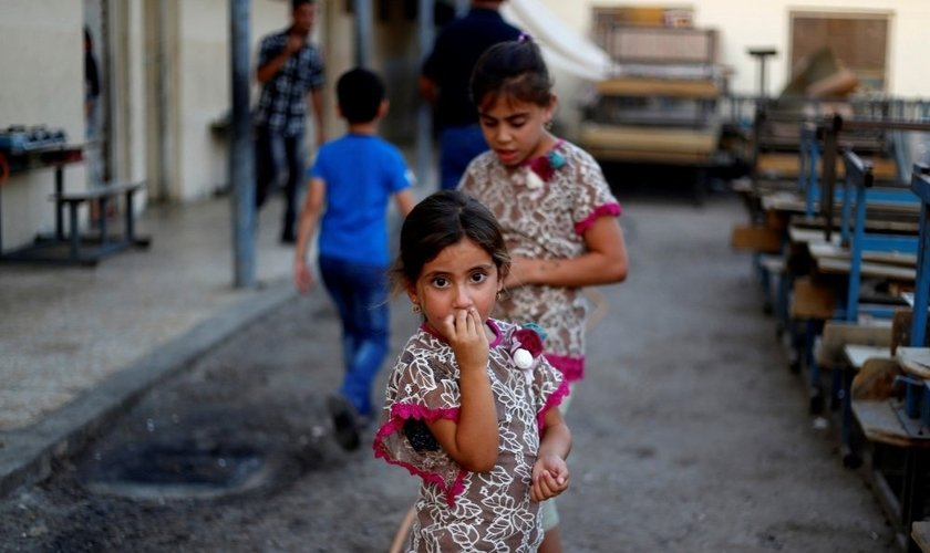 Garotas iraquianas, que foram expulsas de suas casas pelo Estado Islâmico permanecem em uma escola de Bagdá. (Foto: Reuters)