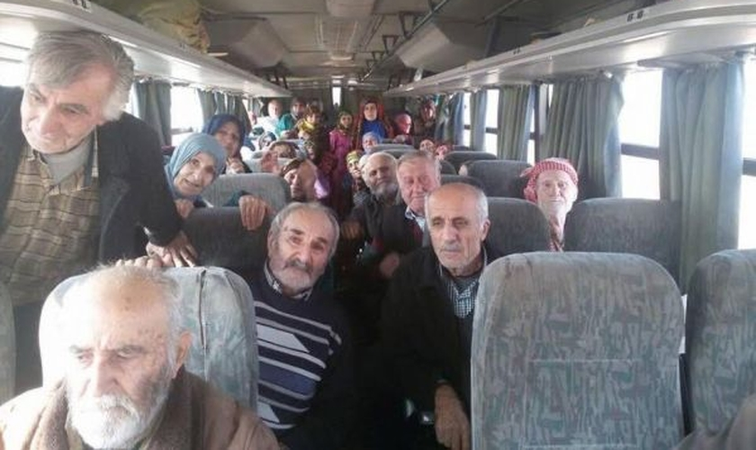 A primeira foto dos 37 cristãos assírios divulgada pelo EI depois de chegarem em Tal Tamer. (Foto: ADFA)