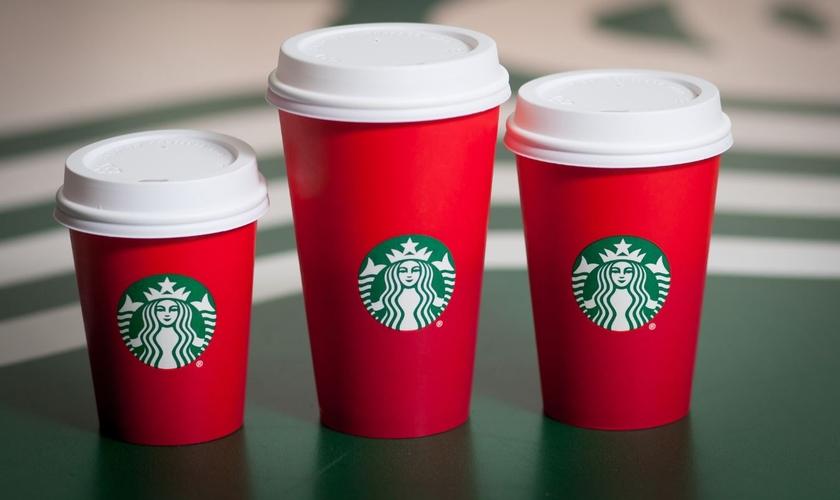 Novos copos da cafeteria agora só apresentam a logo da rede em um fundo vermelho liso (Imagem: Starbucks)