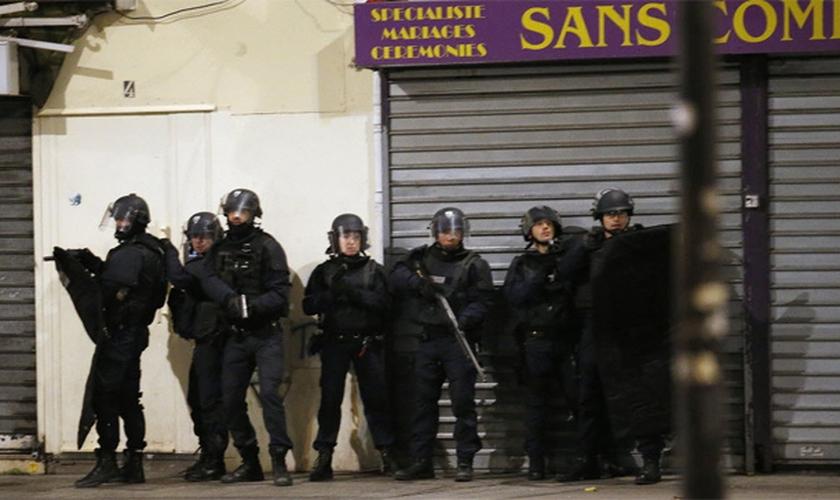 Policiais participam nesta quarta-feira de operação antiterror em Saint-Denis, ao norte de Paris. (Foto: François Mori/Associated Press)