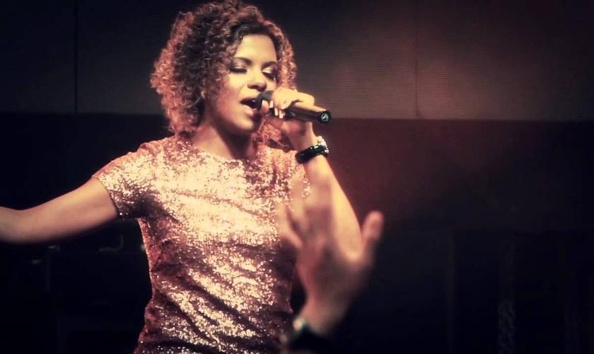 Nívea Soares, cantora