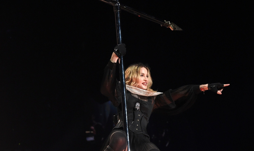 Madonna usa cruz como pole dance em show