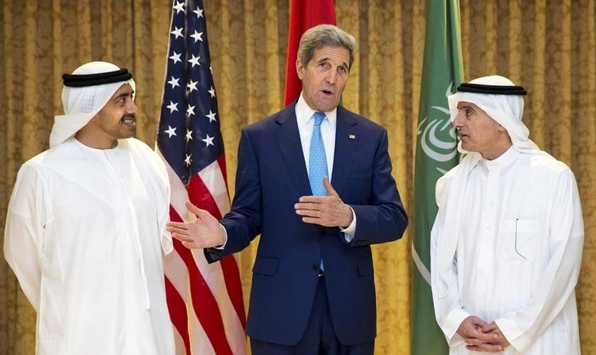 John Kerry com o Sheikh Abdullah bin Zayed e o Ministro das Relações Exteriores da Arábia Adel al-Jubeir