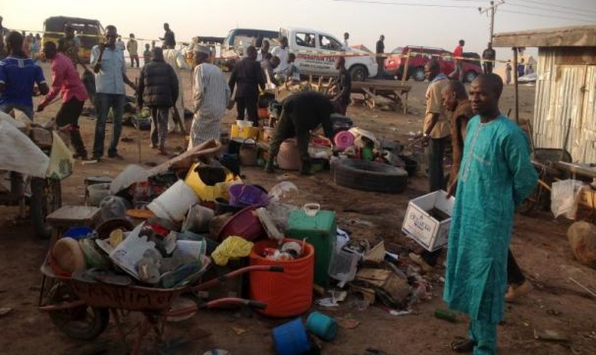 Cidadãos nigerianos buscam pertences em meio aos escombros de uma explosão provocada por terroristas, na cidade de Adamawa. (Foto: Reuters)