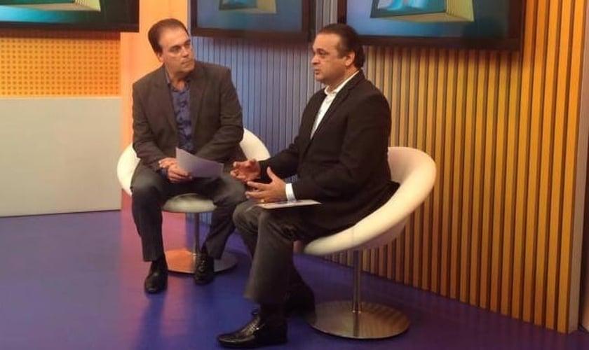Secretário de Turismo de SP, Roberto de Lucena, durante entrevista com o apresentador do Jornal da Tribuna, Tony Lamers (Imagem: Divulgação)