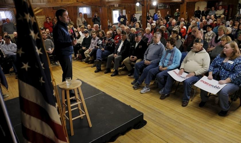 Marco Rubio fala em comício, realizado em Laconia / New Hampshire, na última segunda-feira, 30. (Foto: Reuters)