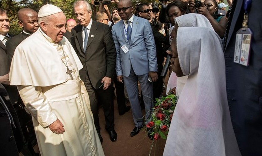 O Papa Francisco chega para visitaa mesquita de um bairro muçulmano de Bangui, capital da República Centro-Africana. (Foto: Gianluigi Guercia/AFP)