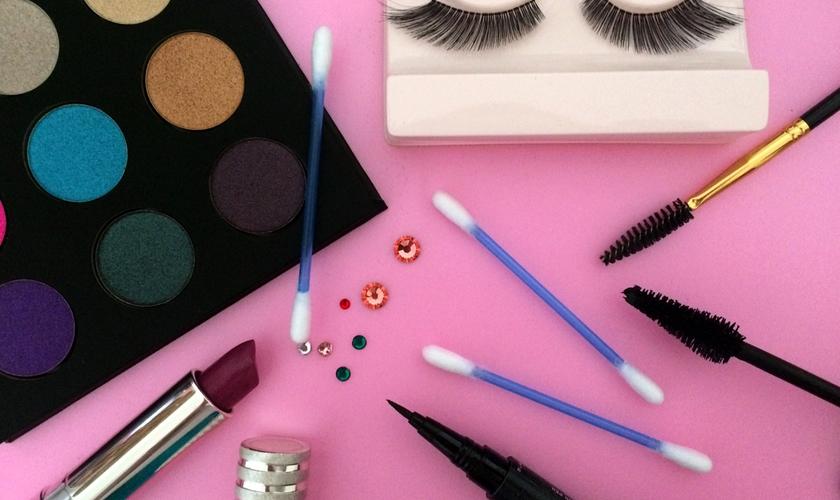 O cotonete pode te ajudar a fazer uma maquiagem sem erro. (Foto: Mirella Mentone/Chic)
