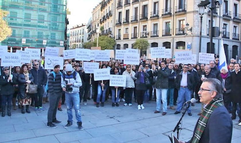 A manifestação aconteceu em frente ao prédio do Ministério do Exterior da Espanha. (Foto: Actualidad Evangelica)