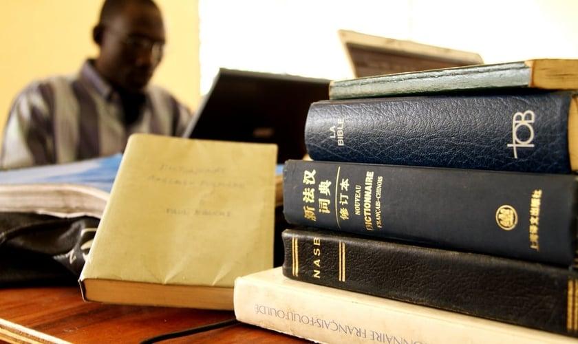 """Em países onde os cristãos são hostilizados, a distribuição de Bíblias é um ato proibido e considerado crime de """"contrabando"""". (Foto: Jeremy Reynalds)"""