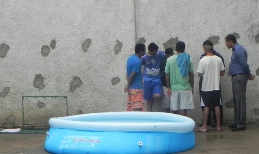 Presos foram batizados dentro da Casa de Prisão de Provisória de Paraíso do Tocantins (Foto: Divulgação)