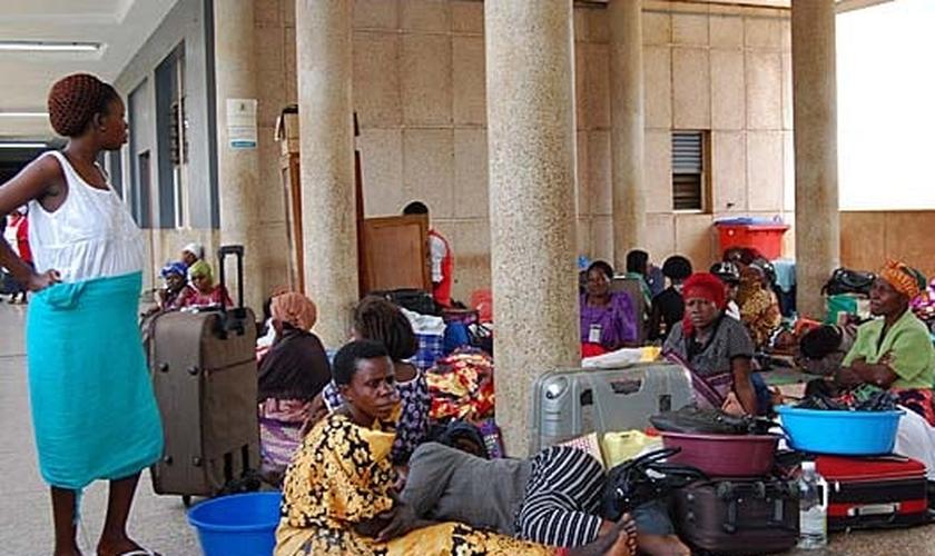 Parentes de Hajii Suleiman Sajjabi aguardam retorno dos cristãos envenenadas no Hospital Regional Mbale. (Foto: Morning Star News)