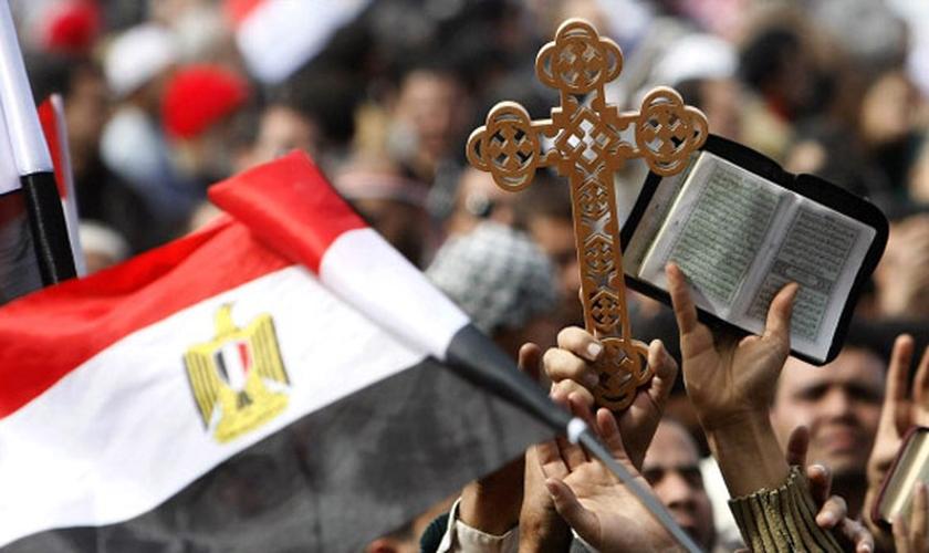 Cerca de 400 muçulmanos atacaram uma igreja que ainda estava em construção na cidade de Minya, Egito. (Foto: Reprodução)