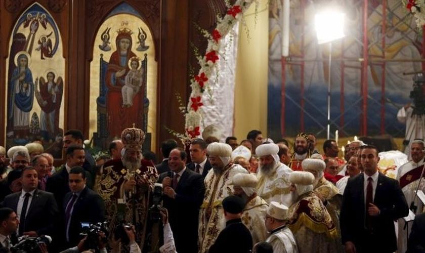 Presidente do Egito participa de Missa para a véspera do Natal em uma igreja Copta, no Cairo. (Foto: Reuters)