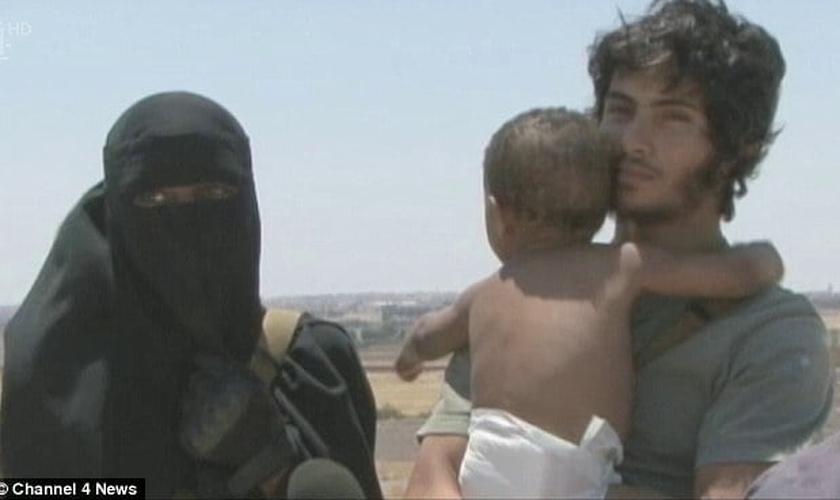 Kadijah (à esquerda), ao lado de seu marido, Abu Bakr e com o pequeno Isa, ainda bebê. (Foto: Daily Mail)
