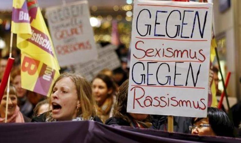Mulheres protestam contra o 'sexismo', após os ataques ocorridos na véspera do Ano Novo, na cidade de Cologne, nos quais cerca de 1000 homens descontrolados atacaram mais de 100 mulheres. (Foto: Reuters)