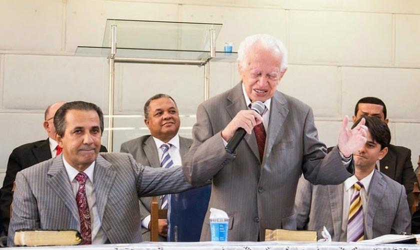 Pastor Silas Malafaia e seu pai, Gilberto Malafaia, durante momento de oração. (Fonte: Verdade Gospel)