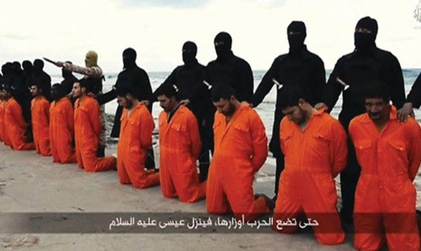 21 cristãos coptas egípcios têm sua execução brutal registrada em vídeo pelo Estado Islâmico, em uma praia da Líbia (Imagem: Reprodução)