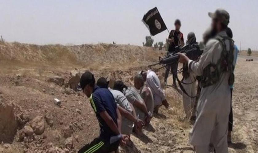 Militantes do Estado Islâmico executam prisioneiros cristãos para mais um registro sangrento de suas atrocidades. (Foto: Daily Mail)