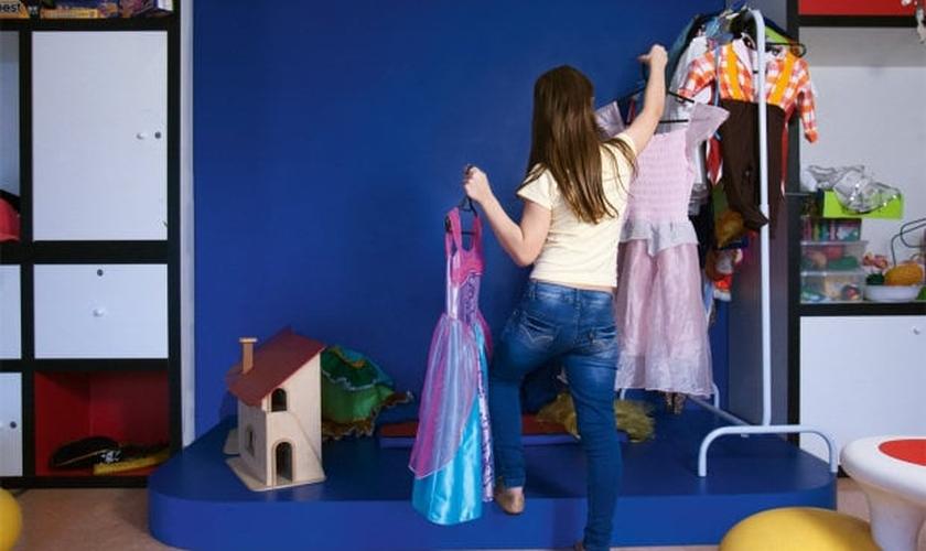 Com cabelos compridos e trajes femininos, a criança fará mudança de nome e de gênero para o feminino nos documentos. (Foto: Veja/ Fernando Moraes)