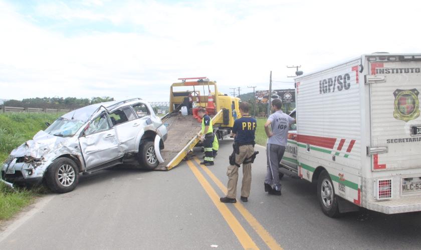 A colisão entre um caminhão e um carro na BR 101 em Joinville, Santa Catarina, deixou duas crianças mortas neste sábado. (Foto: Jacson Carvalho/ Agora Joinville)