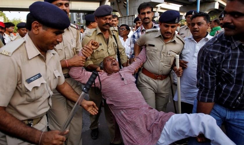 Membro da casta dos dalits continua protestando, enquanto é detido pela polícia indiana, na cidade de Ahmedabad, em abril de 2014 (Foto: Reuters)