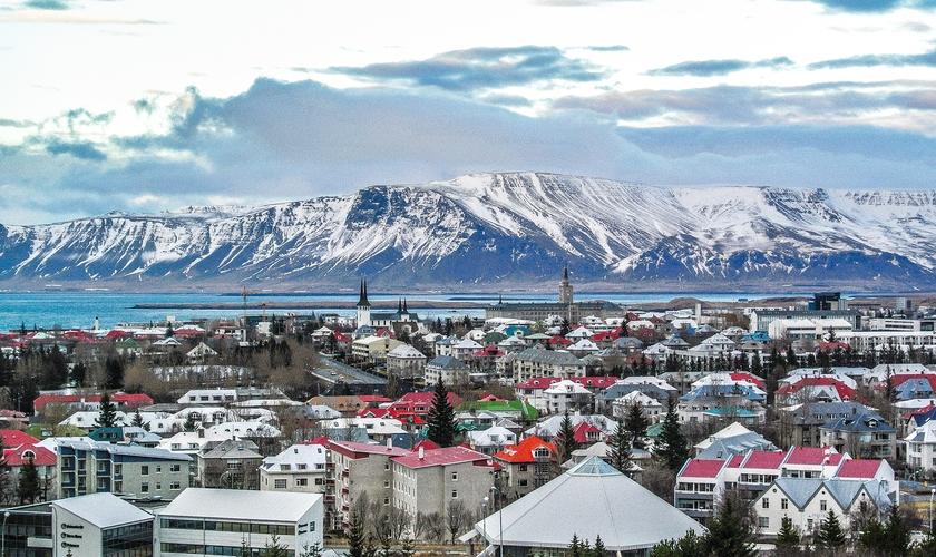 Mesmo com a aparência de uma cidade do interior, Reykjavik, a capital da Islândia, é um destino pra lá de excêntrico. (Foto: Reprodução)