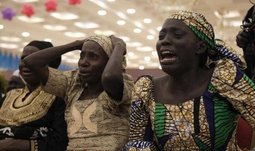Mais de dois anos após o sequestro de 276 estudantes de Chibok, os pais sofrem com os efeitos físicos e psicológicos desta espera angustiante. (Foto: Reuters)