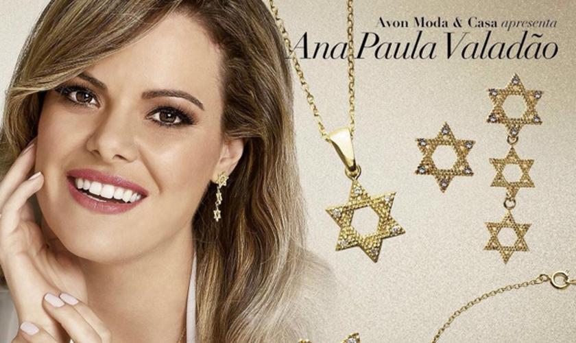 A coleção é composta por brincos, colares, anéis e pulseiras que contêm o ícone da Estrela de Davi, presente na bandeira nacional de Israel. (Foto: Divulgação)